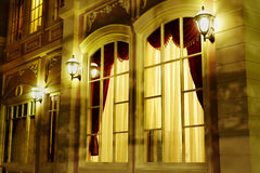 在房子门面的被成拱形的视窗  免版税库存图片