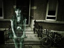 在房子门廊的可怕妇女鬼魂  库存图片
