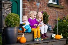 在房子门廊的孩子在秋天天 图库摄影