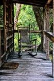 在房子门廊的老摇椅  免版税库存照片