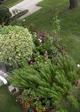 在房子附近的一个庭院设计 库存照片