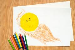 在房子附近的路和与色的铅笔和水彩的太阳儿童` s图画 图库摄影