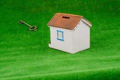 在房子附近的钥匙 免版税库存照片