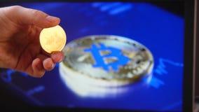 在房子隐藏货币的贸易 Litecoin BitCoin BTS, Ethereum ETX国际航空测量中心,智能手机和硬币的特写镜头,和 影视素材