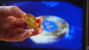 在房子隐藏货币的贸易 Litecoin BitCoin BTS, Ethereum ETX国际航空测量中心,智能手机和硬币的特写镜头,和 股票录像