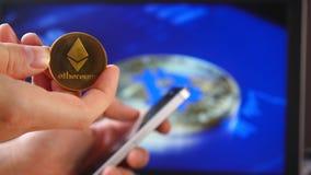 在房子隐藏货币的贸易 Litecoin BitCoin BTS, Ethereum ETX国际航空测量中心,智能手机和硬币的特写镜头,和 股票视频