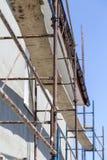 在房子,整修的绞刑台 整修的议院与工作者的脚手架大厦的 库存图片
