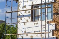 在房子,整修的绞刑台 整修的议院与工作者的脚手架大厦的 免版税库存图片