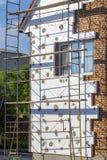 在房子,整修的绞刑台 整修的议院与工作者的脚手架大厦的 库存照片