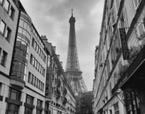 在房子2015年10月4日之间的埃佛尔铁塔 免版税图库摄影