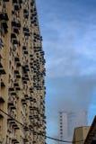 在房屋建设高层团体的蚊子令人退避的熏蒸 库存照片