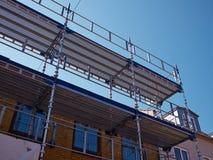在房屋建设的绞刑台在整修下 免版税库存图片