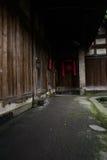 在房檐的遮荫地衣隐蔽的道路古老中国木下 免版税图库摄影