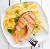 在扁面条的健康烤鲑鱼排 免版税图库摄影