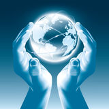 在手上拿着发光的地球地球-全球化 免版税库存图片