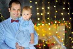 在手上的愉快的父亲棍子小对女儿 免版税图库摄影