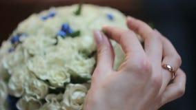 在手上的新娘花束 影视素材