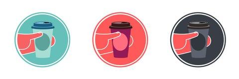 在手中一次性咖啡杯 皇族释放例证