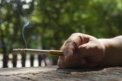在手中关闭香烟 图库摄影