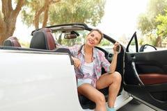 在手中坐在有钥匙- conce的一辆敞篷车汽车的妇女 库存照片