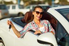 在手中坐在有钥匙- conce的一辆敞篷车汽车的妇女 免版税库存照片