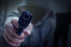在手中开枪和指向与凶手、安全和犯罪concep 免版税图库摄影