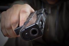 在手中开枪和指向与凶手、安全和犯罪concep 库存照片