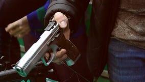 在手中拿着枪的人 股票视频
