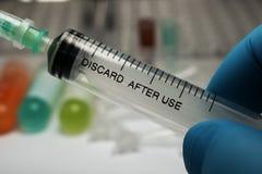 在手中注射器、医疗射入,棕榈或者手指 有针的医学塑料接种设备 图库摄影