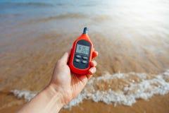 在手中测量室外气温和湿气的便携式的温度计 免版税图库摄影