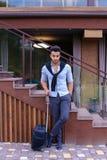 在手中站立与手提箱和p的可爱的年轻阿拉伯人 图库摄影