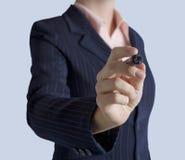 在手中站立与标志的女商人 免版税库存照片