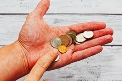 在手中计数俄国硬币的人 免版税库存图片
