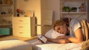 在手中跳跃从床的年轻女人时钟,为工作后醒,睡过头 股票视频
