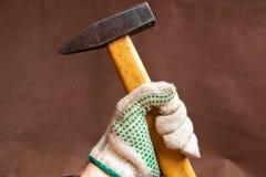 在手中锤击佩带手套prepaire的工具击中特写镜头 库存图片
