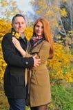在手夫妇拥抱的秋叶 图库摄影