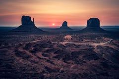 在手套后的日出,纪念碑谷,亚利桑那 库存照片