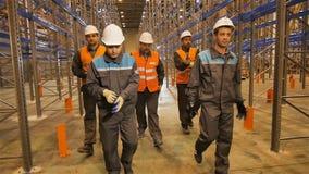 在手套和步行上把放的慢动作工作者沿仓库 股票录像