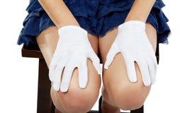 在手套的女性现有量在膝盖放置 库存照片