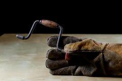 在手套的手与为工作的工具在车间 被保护的手  免版税图库摄影