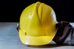 在手套的手与为工作的工具在车间 被保护的手  免版税库存照片