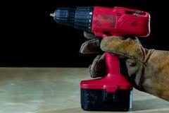 在手套的手与为工作的工具在车间 被保护的手  免版税库存图片