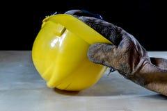 在手套的手与为工作的工具在车间 被保护的手  库存照片