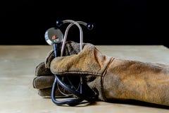 在手套的手与为工作的工具在车间 被保护的手  图库摄影