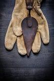 在手套的老生锈的油灰spattle 免版税库存图片