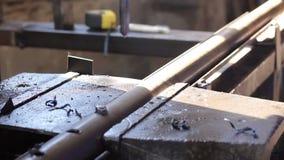 在手套钻孔的男性在工厂的钢大梁酒吧 股票录像