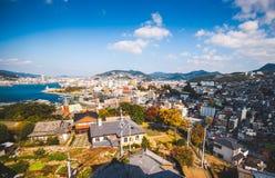 在手套贩卖商庭院、港口和城市的看法在长崎,日本 免版税库存照片