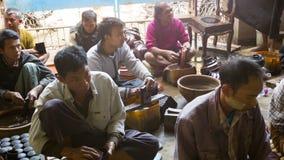 在手工制造传统缅甸的lacquerware的擦亮的阶段 Yun de是在缅甸语的lacquerware和t 图库摄影