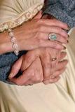在手指的圆环:男人和妇女 免版税图库摄影