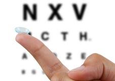 在手指的隐形眼镜 免版税图库摄影